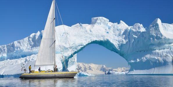 voilier traversant l'antacrctique lors d'une croisière
